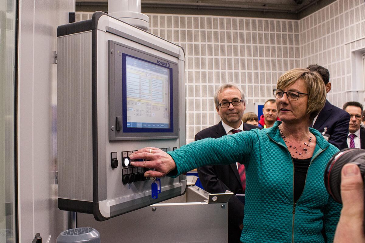 Finanzministerin Edith Sitzmann Prägt Erste 5 Euro Münze Tropische