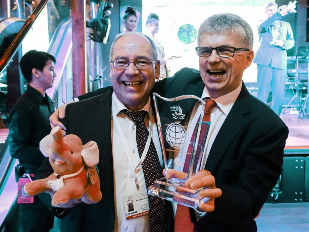 Günther Waadt (l.), Leiter des Bayerischen Hauptmünzamts, und Dr. Peter Huber (r.), Leiter der Staatlichen Münzen Baden-Württemberg, freuen sich über den MDC-Award 2016 für die deutsche Polymer-Münze.
