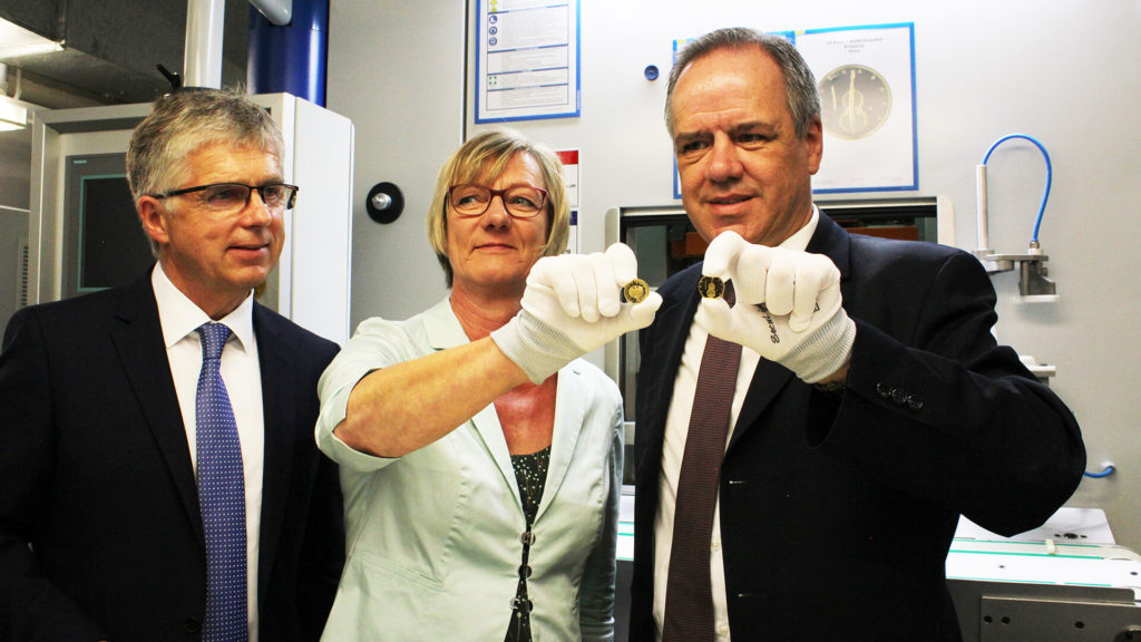 Finanzministerin Edith Sitzmann Prägt Neue Münzen An 100 Euro